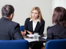 Une réunion avec des femmes et des hommes.