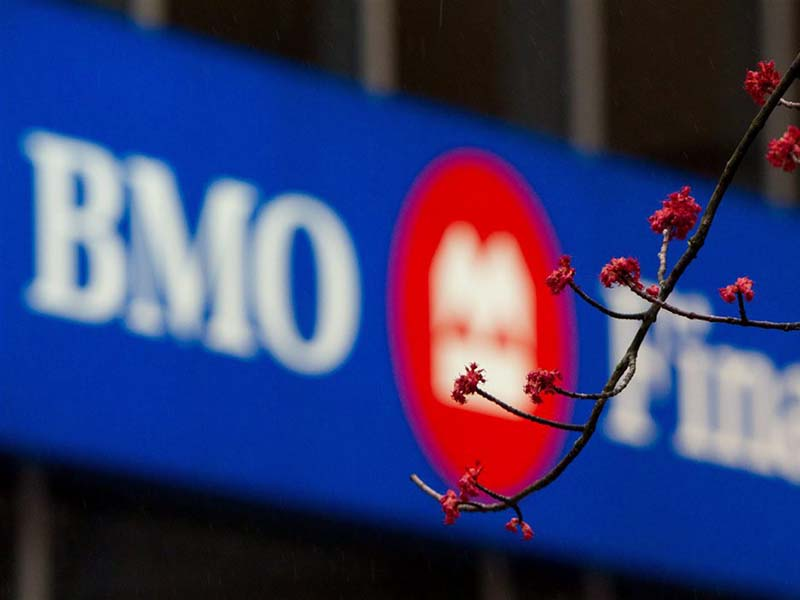 Une bannière de BMO Groupe financier sur un immeuble.