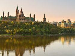 Une photo du parlement d'Ottawa au coucher de soleil.