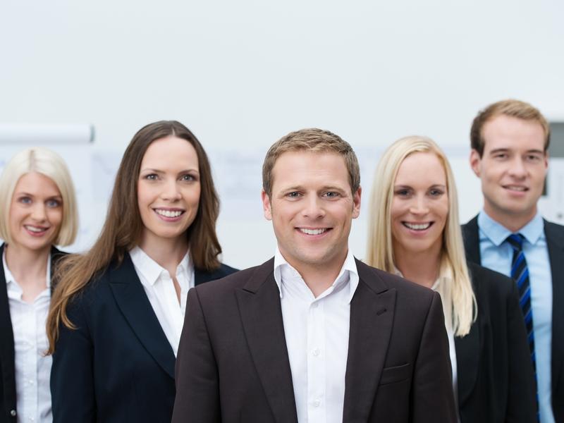 Un groupe de cinq hommes et femmes d'affaires.