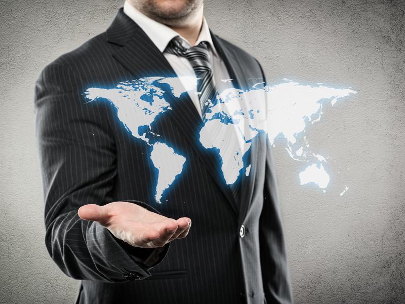 Un homme d'affaire présentant la carte du monde.