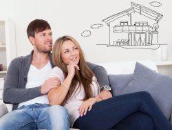 Un couple de jeunes adultes rêvant à une maison.