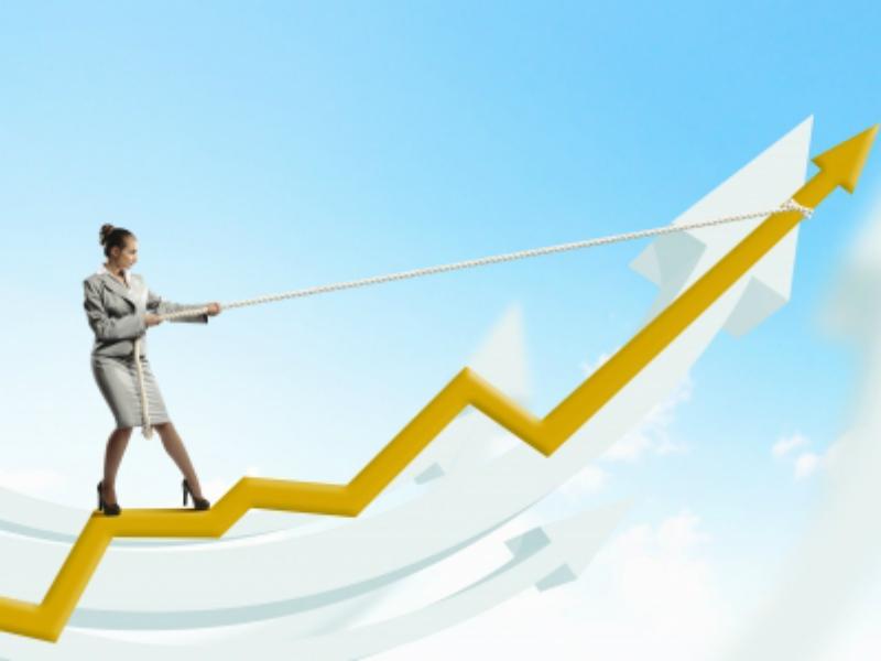 Une femme d'affaire se tenant sur une flèche jaune dans le ciel. Elle redresse la flèche avec une corde.