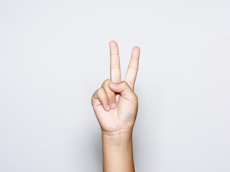 Une main tendant deux doigts vers le haute.