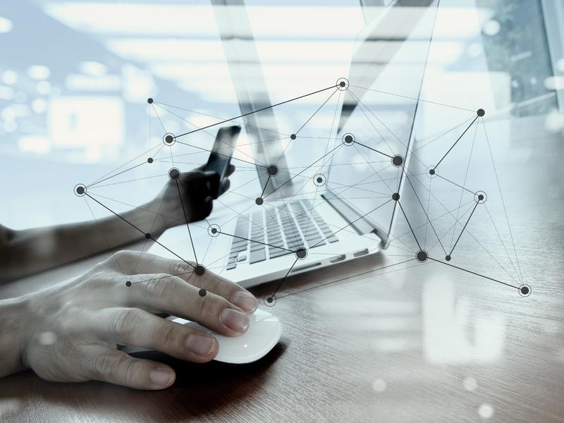 Un homme avec une souris et un clavier d'ordinateur devant lui.