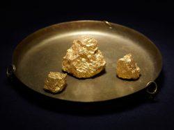 Trois pépites d'or dans un bol.