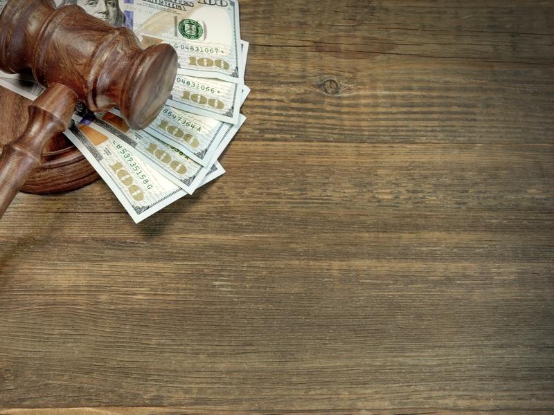 marteau de justice sur un tas d'argent