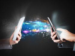 Deux téléphones l'un face à l'autre, on voit des données passer de l'un à l'autre