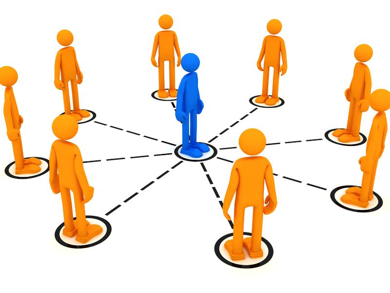 Un personnage bleu au centre d'un cercle formé par des personnages oranges.