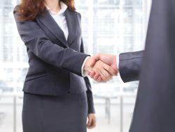 Un homme et une femme d'affaire se serrant la main