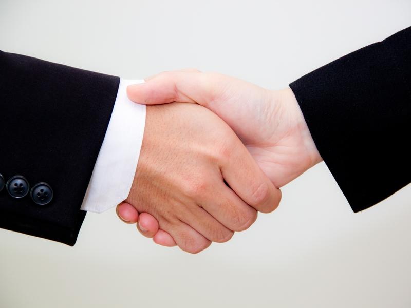 Deux hommes d'affaire se serrant la main
