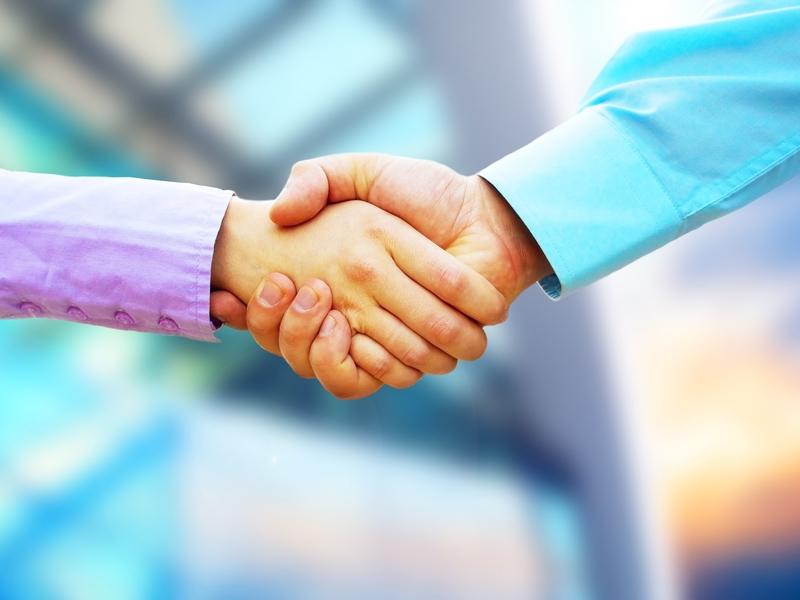 Deux personne se serrant la main