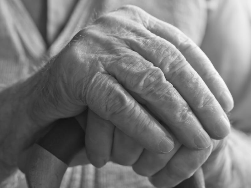 Deux mains de femmes âgée, posées l'une sur l'autre.