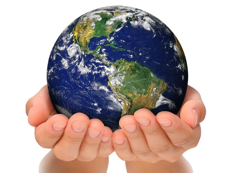 Deux mains tenant la planète Terre.