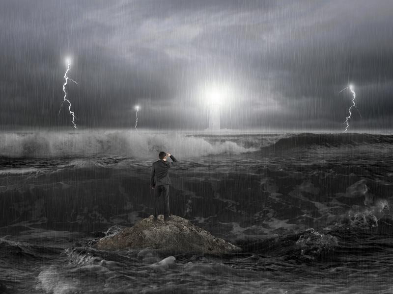 Tempête en mer face à un homme d'affaire