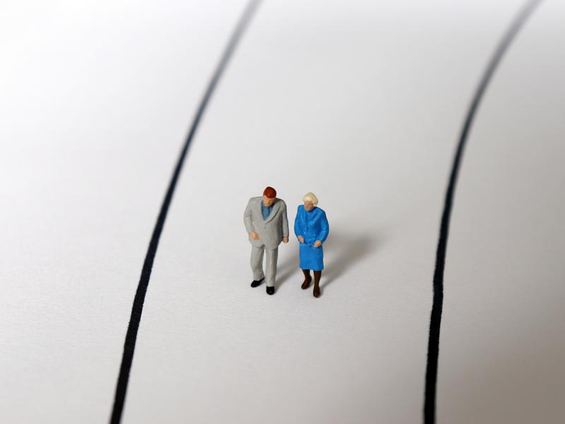 un couple de personne âgé marchant sur un chemin tracé au style