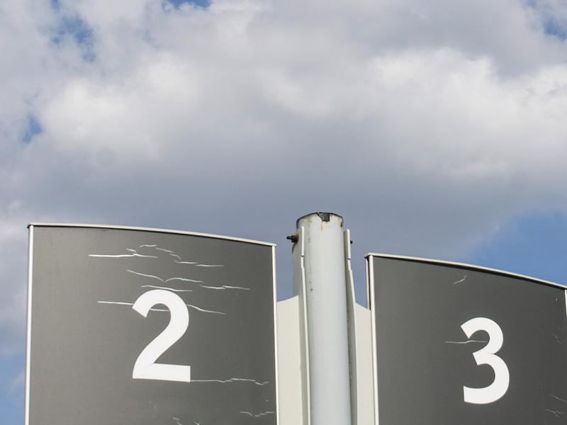 deux panneaux, sur l'un d'eux est inscrit un 2, sur l'autre un 3.
