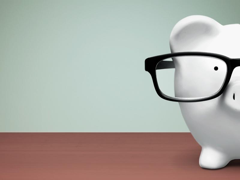 tirelire portant des lunettes