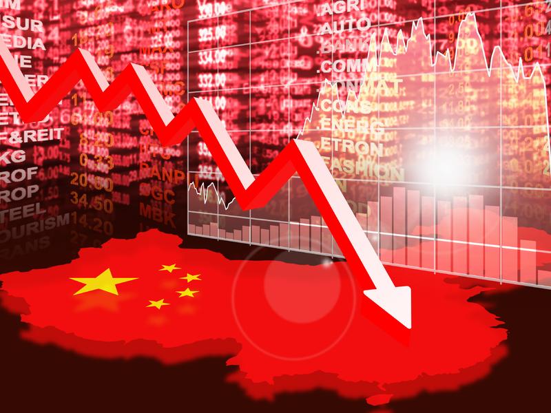 Un tableau avec des chiffres de marchés. Devant on voit une flèche qui descend. Le sol est en fait en forme du pays chinois et est aux couleurs du drapeau.