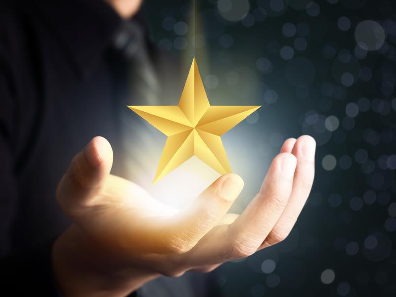 homme d'affaire tenant une étoile brillante dans une main