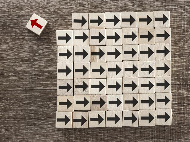 Un cadrillage où on voit des flèches noires pointant vers la droite sur chaque carré. Il manque un carré en haut à gauche. Il est un peu en retraite avec une flèche rouge pointant dans l'autre direction