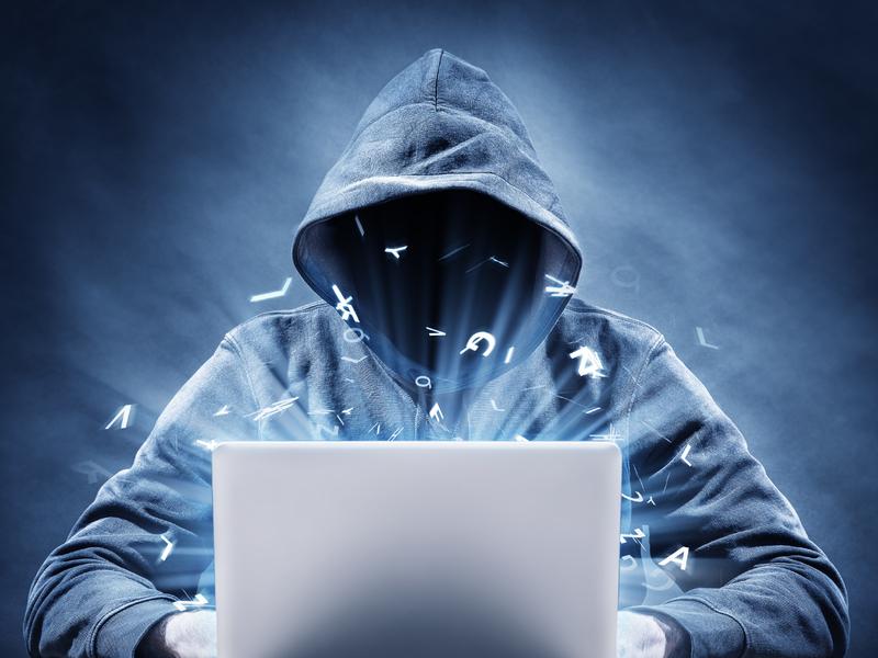 Un pirate informatique devant un clavier.