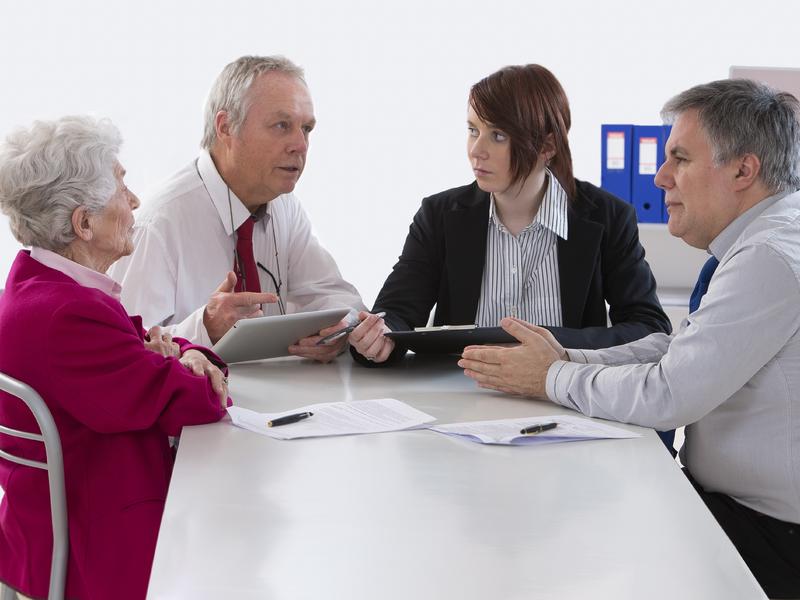 Un couple âgé face à deux conseillers.