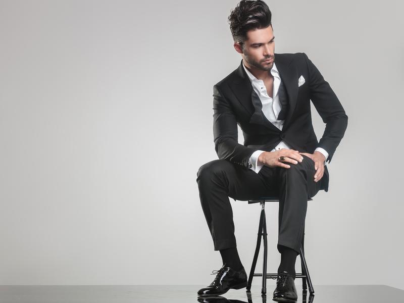 Homme d'affaire assis sur une chaise qui boude.