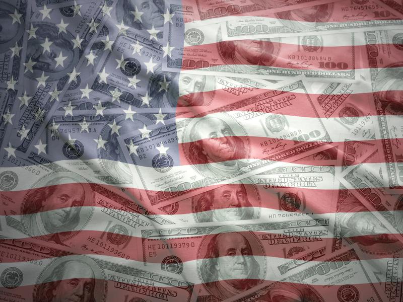 Drapeau américain, on voit des dollars au travers.