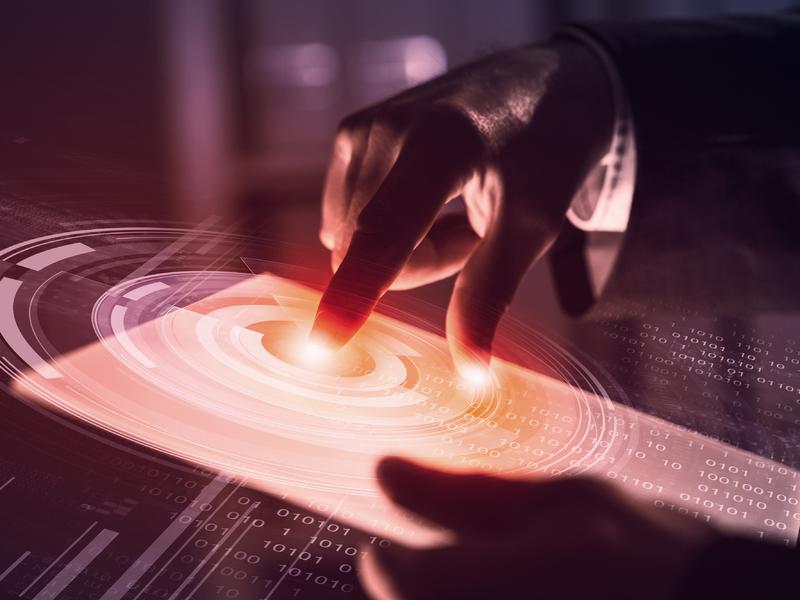 Une main qui touche un ipad.