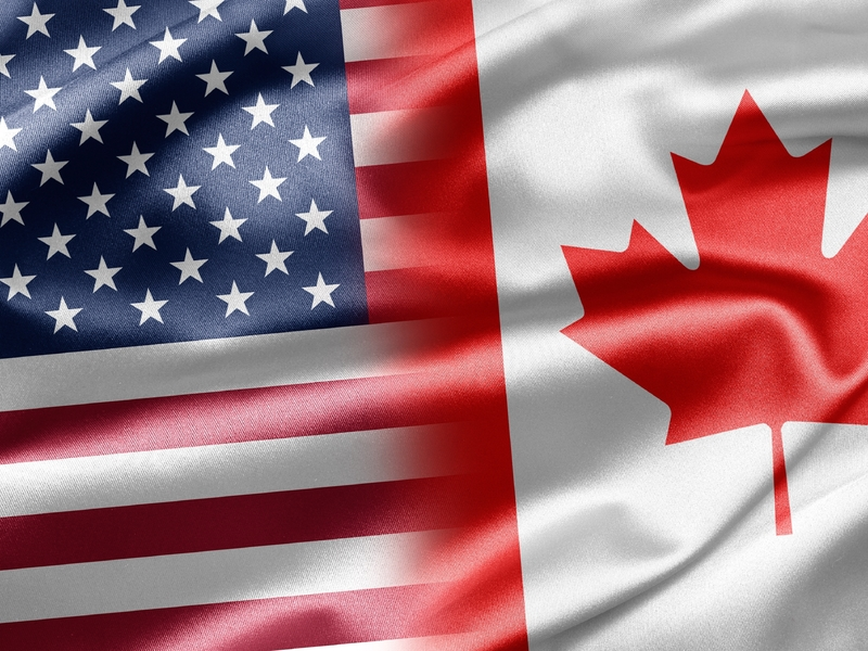 Les drapeaux du Canada et des États-Unis côte à côte