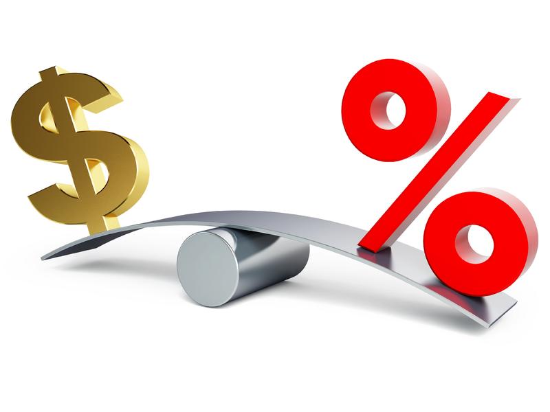 Un taux d'intérêt sur une balance, de l'autre côté il y a un signe de dollar.