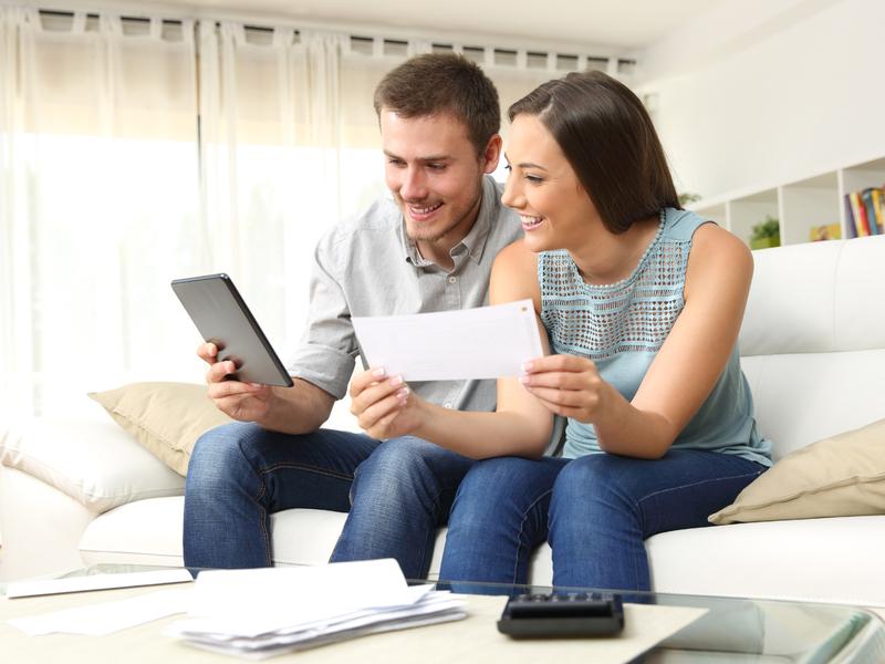 Un couple entrant un chèque dans leur application bancaire.