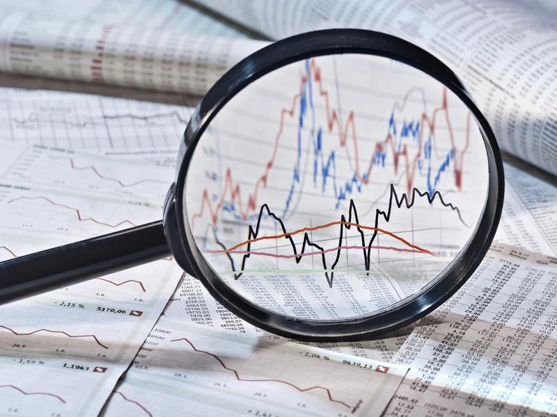 Une loupe qui zoom sur une feuille montrant de la volatilité.
