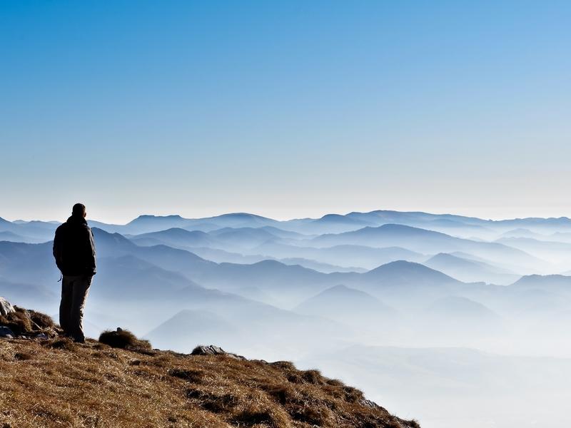 Un homme fixant un paysage à l'horizon