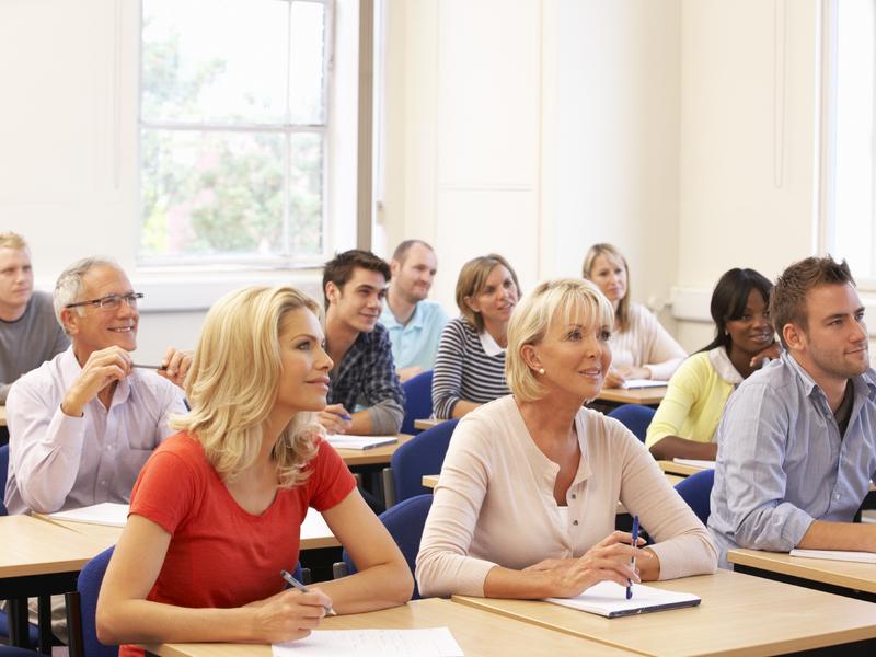 Des adultes dans une salle de classe.