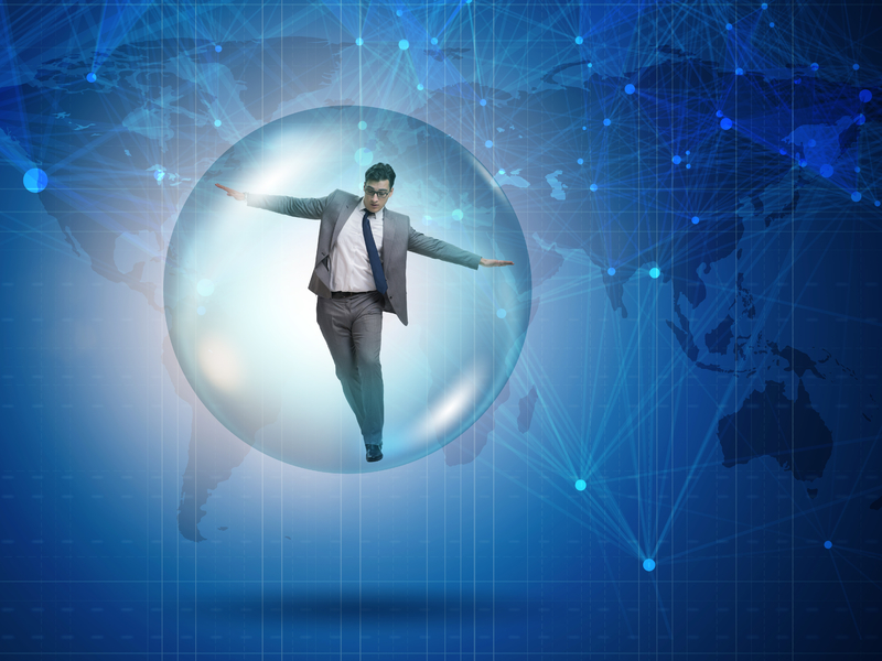 Un homme d'affaire dans une bulle. Derrière on voit la terre.