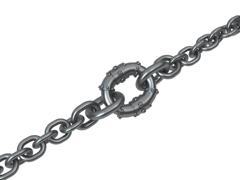 Un chaîne avec en son centre un maillon bien plus gros.