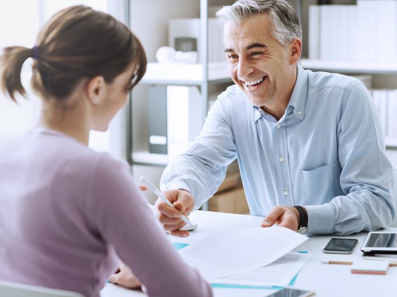 Un conseiller parlant à une cliente.