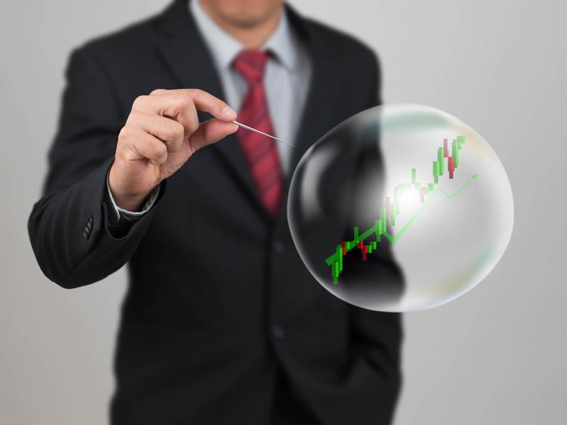 Un homme avec une aiguille regardant une bulle dans laquelle on voit de la croissance.