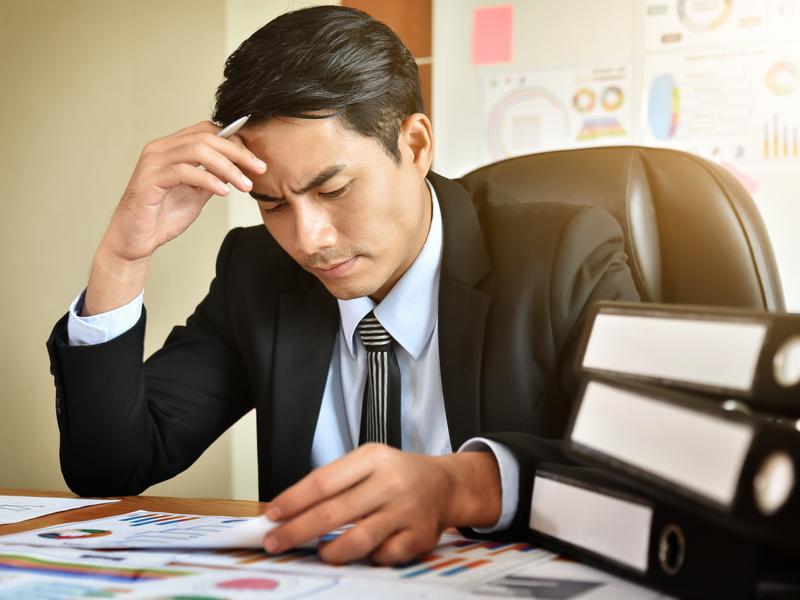 Un homme d'affaire concentré derrière un bureau