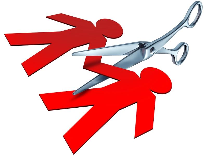 Une guirlande de papier avec deux personnages se tenant la main, un ciseau les sépare.