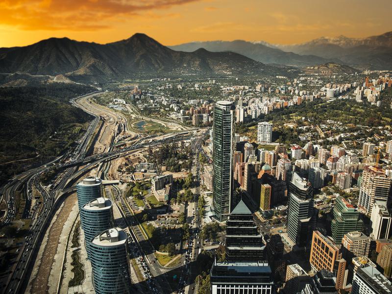 Vue de Santiago du Chili avec Los Andes, une chaîne de montagne dans la région.