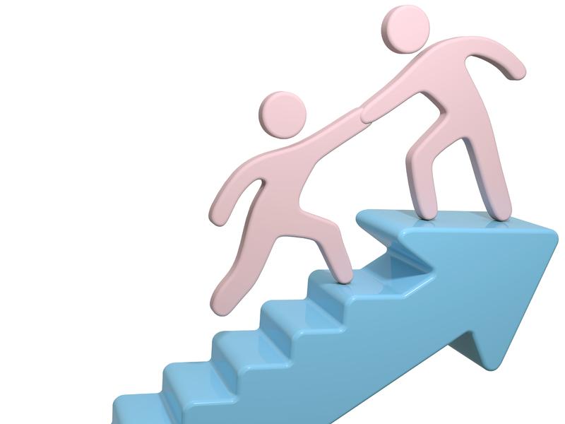Un homme en aide un autre à monter des escaliers.