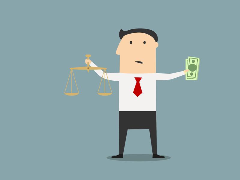Un homme d'affaire avec une balance de la justice dans une main et une liasse de billets dans l'autre.