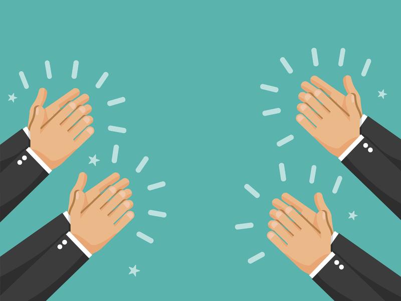 Quatre paires de mains d'homme d'affaire en train de féliciter quelqu'un en tapant dans les mains.
