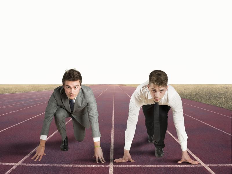 Deux hommes d'affaires se préparant à faire une course.