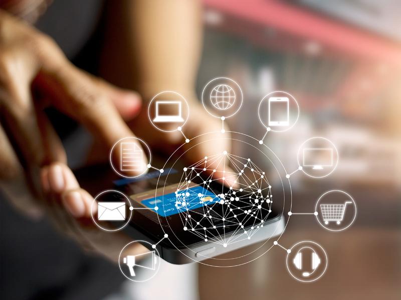 Une femme sur son téléphone, autour pleins d'icônes dont un ordinateur, un téléphone, un panier de course.