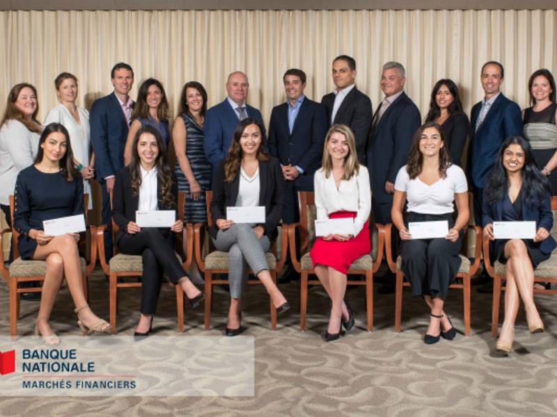 Une photo des six lauréates du programme de stages pour les femmes de la Banque Nationale et d'autres membres de l'équipe de la banque.