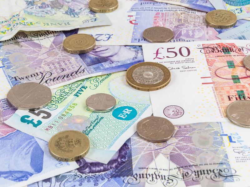Des billets et des pièces britanniques.
